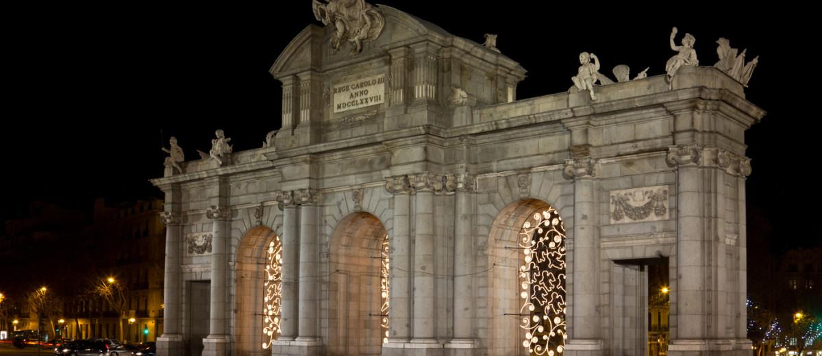 Puerta de Alcalá cara este exterior noche