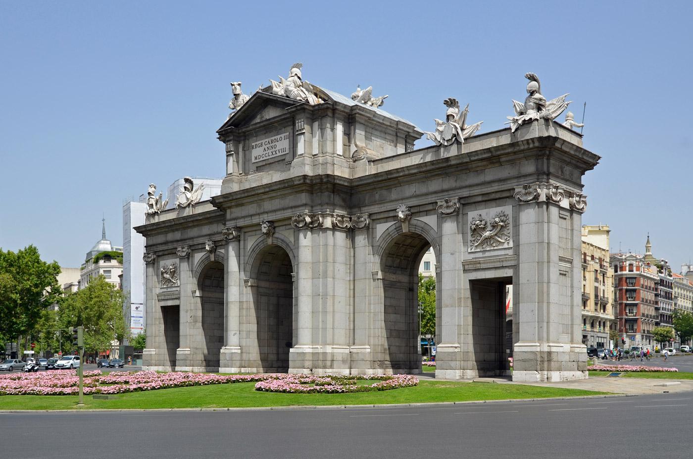 Detalles ocultos de la puerta de alcal weekmen for Puertas de interior en madrid