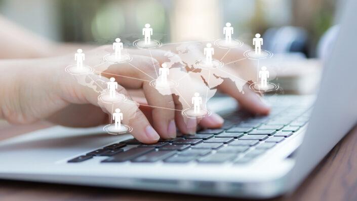 manos en una laptop webs mas visitadas en el mundo