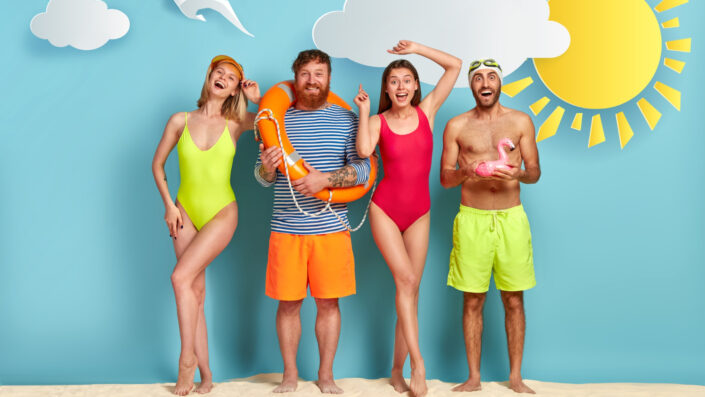 grupo de amigos en la playa